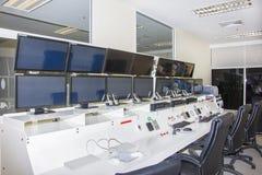Keyboad y ratón en sala de ordenadores de control de consola imágenes de archivo libres de regalías