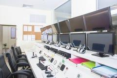 Keyboad y ratón en sala de ordenadores de control de consola imagen de archivo