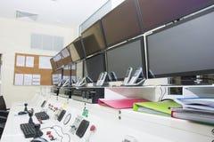 Keyboad y ratón en sala de ordenadores de control de consola fotos de archivo
