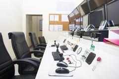 Keyboad y ratón en sala de ordenadores de control de consola fotografía de archivo