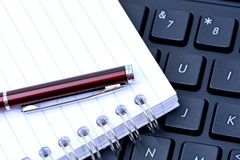 Keyboard with pen and notepad Royalty Free Stock Photography