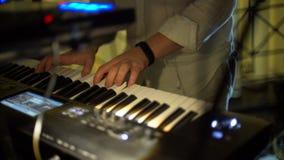 Keyboarder-Solo an der Partei stock footage