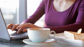 Keyboarding женщины на портативном компьютере акции видеоматериалы