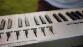 Keyboardzista w zespole rockowym bawić się w podłodze w wieczór Mowa zespół rockowy w świeżym powietrzu zbiory