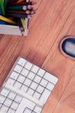 Keybord par la souris et couleur crayonnent sur la table Photographie stock