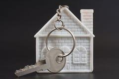 Keychain bajo la forma de hogar y clave Fotos de archivo libres de regalías