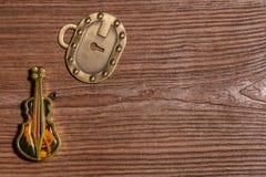 Keychain bas- tändare och nyckel- lås på träbakgrund Royaltyfri Bild