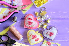 Keychain decorativo dei cuori Keychain fatto a mano del tessuto e del feltro sulla borsa o sullo zaino Accessorio di estate per l Immagine Stock Libera da Diritti