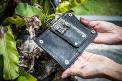 Keychain en cuir, python fait main de peau de serpent Île de Bali Fond vert et en bois Image stock