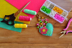 Keychain en forme de coeur de feutre, keychain de tissu Projet fait main simple et rapide Faisant à feutre le mini charme de coeu Photos stock