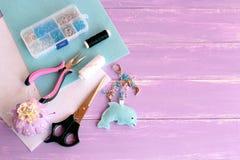 Keychain engraçado do golfinho de feltro Um grupo de ferramentas e de materiais para o ofício e a costura das crianças fotografia de stock royalty free