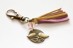 Keychain gjorde med guld- den färgmetall och läderremmen Arkivbilder