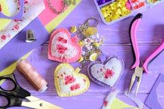Keychain luminoso dei cuori Feltro fatto a mano ed incanto del keychain o della borsa del tessuto ` S della donna o accessorio de Immagine Stock Libera da Diritti
