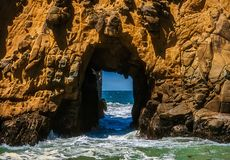 Keyhole łuku skała przy Pfeiffer plażą, usa zdjęcie stock
