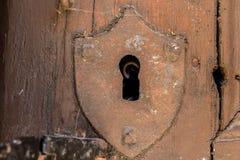 Keyhole z osłoną w starym drzwi zdjęcie stock
