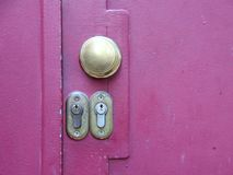 2 Keyholes замка на фиолетовой двери металла Стоковая Фотография RF