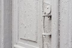 Keyholes конца-вверх с занавесами и ручкой на сером цвете много дверь покрашенная времен треснутая двух-barreled деревянная винта Стоковая Фотография RF