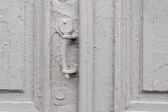 Keyholes конца-вверх с занавесами и ручкой на сером цвете много дверь покрашенная времен треснутая двух-barreled деревянная винта Стоковое фото RF