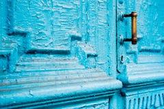 Keyholes конца-вверх с занавесами и ручкой на сини много дверь покрашенная времен треснутая двух-barreled деревянная винтажная Стоковые Изображения