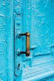 Keyholes конца-вверх с занавесами и ручкой на сини много дверь покрашенная времен треснутая двух-barreled деревянная винтажная Стоковые Фото