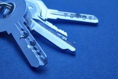 Keyring com chaves no tom azul sobre um fundo vazio Fotos de Stock