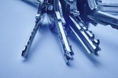 Keyring com chaves no tom azul sobre um fundo vazio Imagens de Stock Royalty Free