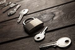 Keys and lock on wooden background Royalty Free Stock Photography
