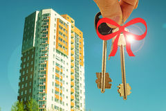 The keys to the apartment in the background of a new residential homes . Stock Images
