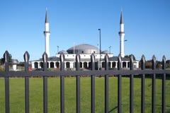 Keysborough土耳其伊斯兰教和文化中心的新的修造清真寺在高钢篱芭后的在墨尔本附近的一条路 免版税库存照片
