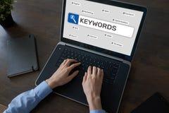 keywords SEO, otimização do Search Engine e conceito do mercado do Internet na tela foto de stock