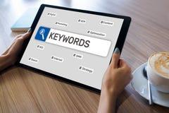 keywords SEO, otimização do Search Engine e conceito do mercado do Internet na tela imagem de stock