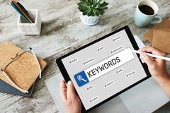 keywords SEO, otimiza??o do Search Engine e conceito do mercado do Internet na tela foto de stock