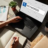 keywords SEO, otimiza??o do Search Engine e conceito do mercado do Internet na tela imagens de stock royalty free