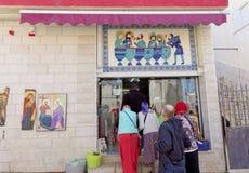 Kfar Kana, Israel - 17 de febrero 2017 Los peregrinos en Cana de Galilea vienen a la tienda que tuestan el vino de Cana Foto de archivo