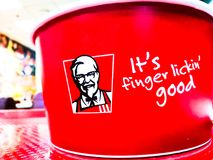 KFC Kentucky Fried Chicken oznakuje loga z sloganu ` ja ` s palca lickin ` dobry ` Obraz Royalty Free