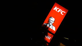KFC Kentucky Fried Chicken Signage en la noche Imagenes de archivo