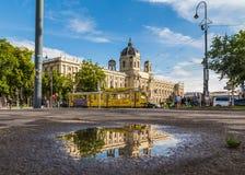 Музей KH и желтые трамваи кольца в вене Стоковые Фото