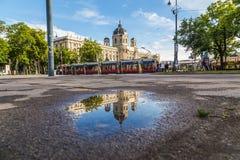Kh-museum och guling Ring Trams i Wien Arkivfoto