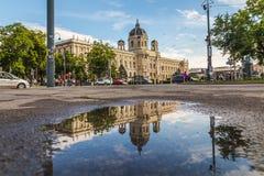KH muzeum w Wiedeń z odbiciem w kałuży Zdjęcia Royalty Free