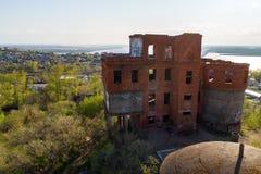 Khabarovsk a détruit la maison près du pont au-dessus de la maison du ` s d'architecte de fleuve Amur photographie stock