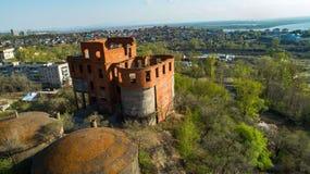 Khabarovsk a détruit la maison près du pont au-dessus de la maison du ` s d'architecte de fleuve Amur image libre de droits