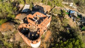 Khabarovsk a détruit la maison près du pont au-dessus de la maison du ` s d'architecte de fleuve Amur images stock