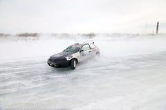 KHABAROVSK, RÚSSIA - 7 de março de 2015: Honda Civic no gelo tr do inverno Fotografia de Stock Royalty Free