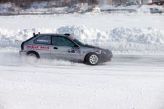 KHABAROVSK, RÚSSIA - 7 de março de 2015: Honda Civic no gelo tr do inverno Foto de Stock Royalty Free