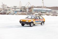 KHABAROVSK, RÚSSIA - 7 de março de 2015: Lada 2108 no trac do gelo do inverno Imagens de Stock