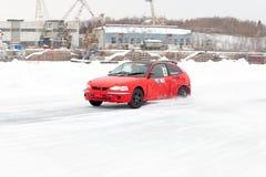 KHABAROVSK, RÚSSIA - 7 de março de 2015: Mitsubishi no tra do gelo do inverno Fotografia de Stock Royalty Free