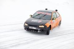 KHABAROVSK, RÚSSIA - 7 de março de 2015: Mitsubishi no tra do gelo do inverno Imagens de Stock Royalty Free