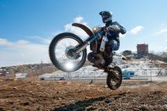 Khabarovsk, Rússia - 22 de março de 2014: Passeios do extremo da motocicleta de Enduro foto de stock