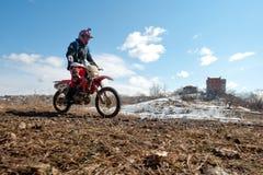 Khabarovsk, Rússia - 22 de março de 2014: Passeios do extremo da motocicleta de Enduro foto de stock royalty free