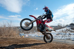 Khabarovsk, Rússia - 22 de março de 2014: Passeios do extremo da motocicleta de Enduro imagens de stock